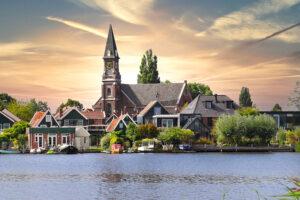 kerkgebouw aan het water laten verzekeren